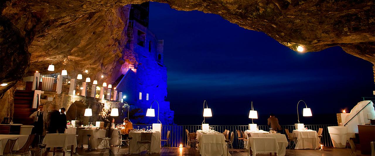 Grotta Palazzese tavoli di sera